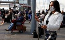 Bất chấp 'khẩn cầu' của nhân viên y tế, người Mỹ đổ về sân bay dịp cuối năm