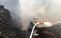 Cảnh sát đục tường để chữa cháy cơ sở sản xuất gỗ