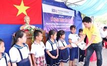 BIDV Chợ Lớn trao học bổng và xây cầu ở Bến Tre