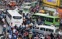 Chờ xe buýt mini công nghệ sớm lăn bánh