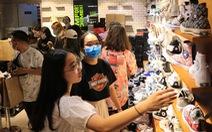 Sau Black Friday, lượng khách 'khủng' vẫn đổ về các nơi mua sắm