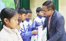 Trao học bổng tiếp sức cho con nhà nông Nghệ An đến trường