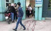 Va quẹt xe khi chen vào trường, một phụ huynh bị đâm trọng thương