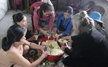 Hội chị em nấu cơm gửi đồng bào vùng lũ: 'Họ ấm thì mình vui'