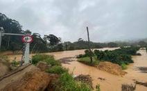 Đoàn du khách TP.HCM mắc kẹt trên núi Tà Giang do mưa lớn, nước suối dâng cao
