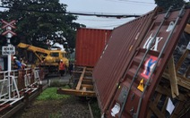 Chắn chưa đóng, tàu lửa tông đứt xe container tại Bình Dương