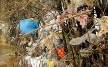 Thu mua rác để… dọn rác cho vùng lũ