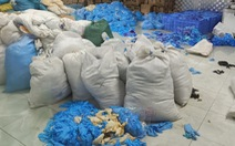9,5 tấn găng tay y tế nhăn nhúm, bẩn thỉu trong kho hàng một công ty