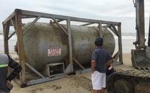 Một bồn hóa chất in chữ Trung Quốc dạt vào bờ biển Quảng Nam