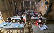Điểm trường Tắk Pổ hư hỏng vì bão, giáo viên mượn nhà dân dạy học tạm thời