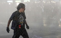 Thái Lan: Người biểu tình dâng thư cho nhà vua bị xịt vòi rồng