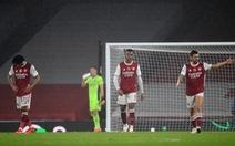 Saka 'đốt lưới nhà' mở màn đêm tan nát của Arsenal ở Emirates