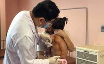 Bé gái 16kg mang trong người khối u 4kg