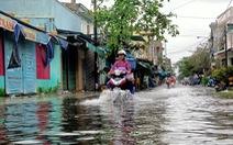Mưa lớn, hồ xả lũ, một số khu vực tại Tam Kỳ ngập nặng, dân dùng thuyền đi lại