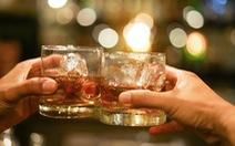Khi tiêm vắc xin COVID-19, phải kiêng bia rượu trong 2 tháng?