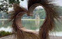 Tháo dỡ 'trái tim lông' bên hồ Gươm ngay trong đêm do gặp phản ứng mạnh
