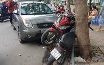 Xe 'điên' húc nhiều xe máy 'dính cứng ngắc' vào gốc cây ở công viên Tầm Vu