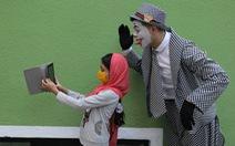 Joker kiểu Mỹ mua vui cho dân Iran giữa đại dịch COVID-19