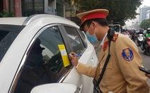 Cảnh sát giao thông Hà Nội dán thông báo phạt nguội trên kính ôtô