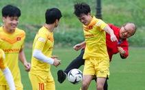 HLV Park Hang Seo 'phá bĩnh' trong buổi tập, cho học trò đi nhặt bóng mệt nghỉ