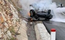 Ôtô lao vào sườn đồi lật ngửa rồi bốc cháy dữ dội, tài xế tử vong trong xe