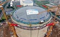 Nâng, hàn thành công mái bồn kho chứa khí nặng gần 1.000 tấn