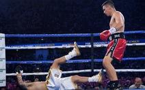 Mới hiệp 1, võ sĩ đã tung cú knock-out mạnh tới nỗi đối phương trượt khỏi sàn đấu