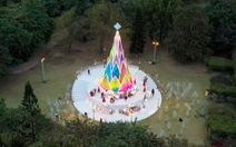 Giáng sinh 'tuyết trắng' cùng búp măng Noel khổng lồ ở Ecopark