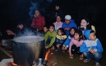 Đỏ lửa xuyên đêm, nấu hơn 2.000 bát phở tặng trẻ vùng núi Nghệ An