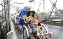 Diễu hành áo dài giữa mưa lạnh xứ Huế