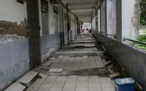 Bệnh viện xuống cấp sụt lún nghiêm trọng, treo bảng cảnh báo bệnh nhân 'Nguy hiểm, cẩn thận té ngã'