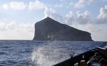 Sóng đánh phủ nhà làm việc trạm hải đăng Hòn Hải, hai nhân viên rơi xuống biển mất tích