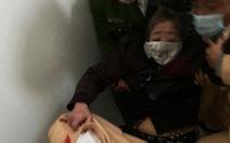 Cảnh sát giao thông leo lầu cứu bà cụ mắc kẹt trong đám cháy lớn