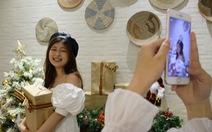 Giới trẻ Sài Gòn xếp hàng chờ chụp ảnh Giáng sinh, quán cà phê chật cứng khách