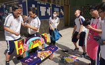Học sinh tự trang trí ghế đá, sắp xếp sách trong thư viện, làm đẹp cảnh quan trường