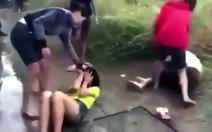 Nữ sinh 12 và 14 tuổi bị hai phụ nữ lạ đánh dã man, người xung quanh chỉ nhìn