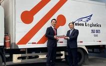 Bridgestone dành tặng 10.000 bộ phản quang đến các tài xế
