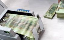 Quy định về trả lương từ 1-1-2021: Thực hư lương chồng chuyển thẳng vô tài khoản vợ?