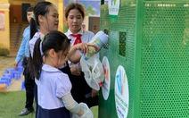 Phân loại rác thải tặng học bổng cho trò nghèo