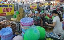 Người dân TP.HCM đi 'săn' đồ thời trang giá rẻ, đặc sản ăn Tết