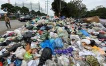 Rác thải sinh hoạt lại 'ngập ngụa' nhiều tuyến đường ở Hà Nội