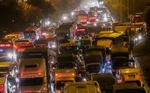 Đường phố Hà Nội 'tiến thoái lưỡng nan' trong ngày cuối năm