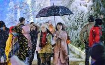 Sa Pa 'cháy phòng' vì khách cả nước đến săn băng, tuyết