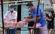 Bạn trẻ phục vụ suất ăn, đi chợ giúp bà con trong khu phong tỏa