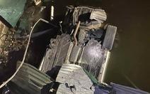 Tài xế tử vong sau khi xe tông sập cầu, lao xuống mương nước