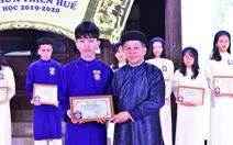 Mặc áo dài khăn đóng nhận danh hiệu 'Học sinh danh dự toàn trường'