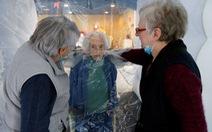 'Phao ôm ấp' giúp người cao tuổi tại Pháp bớt cô đơn trong dịch COVID-19
