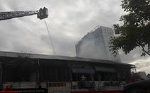 Cháy căn hộ chung cư cũ ngay quận 1, điều xe thang cứu 2 người mắc kẹt