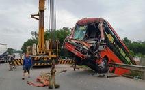 Xe đầu kéo và 2 xe khách tông nhau loạn xạ, 7 người cấp cứu