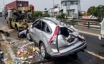 Xe 7 chỗ lật bể nát sau va chạm với xe container, nhiều người hoảng loạn